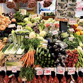 Banco di frutta e verdura  by Francesco Benettolo - Food & Drink Fruits & Vegetables ( budapest, frutta, banco di vendita, verdura, mercato )