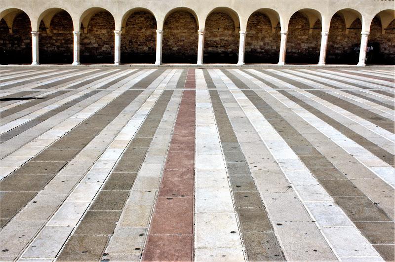Piazza inferiore basilica di S. francesco d'Assisi  di Cimabue