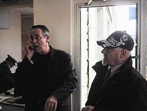 """Photo: Au bureau du chef de circulation en gare de Argentan, la visite spontanée de Thierry ARDISSON usager de la ligne Paris Granville, pour un """"coup de geule"""" suite au départ retardé de son train suite à des problèmes matériels."""
