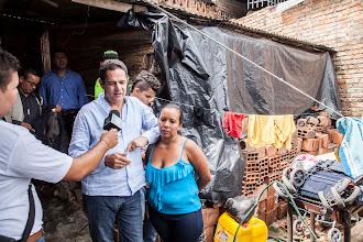 Photo: El Ministro Vargas Lleras visitó a una de las familias que será beneficiada con el programa de conexiones intradomiciliarias. Comprobó de primera mano las actuales condiciones de vida, que en poco tiempo cambiarán gracias e este programa que les permitirá a las familias favorecidas tener agua potable dentro de sus casas.