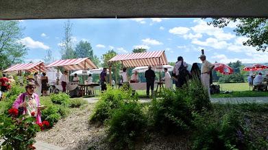 Photo: Marktstände im Park
