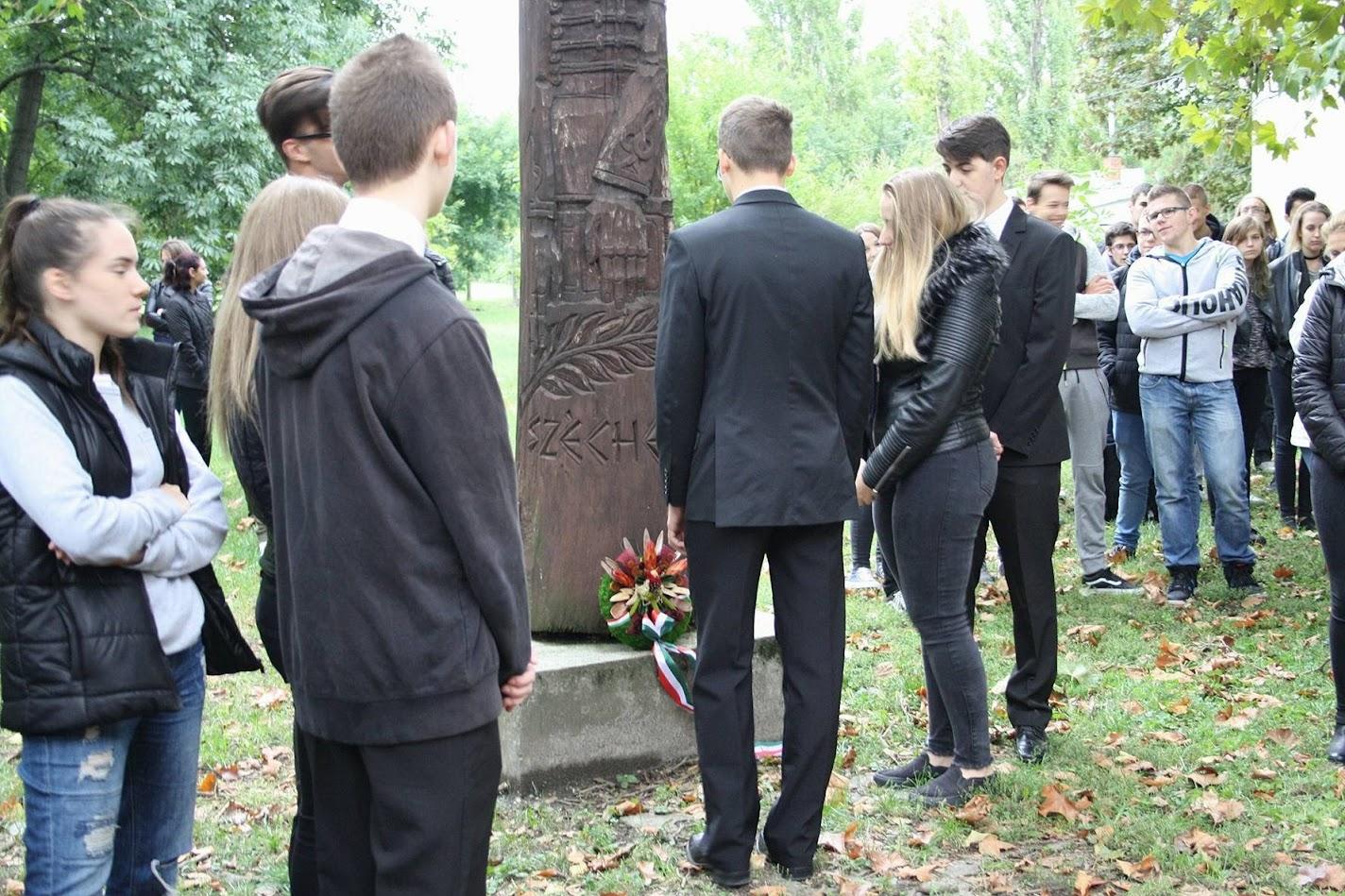 Koszorúzás a Széchenyi-emlékműnév iskolánk udvarán