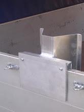 Photo: Die M10er Schrauben werden einfach mittels eines 17er Schlüssels angezogen. Die Bordwand sollte min. 24 cm hoch sein. (Standard sind ca. 30 cm). Weitere Infos unter www.motomove.de.