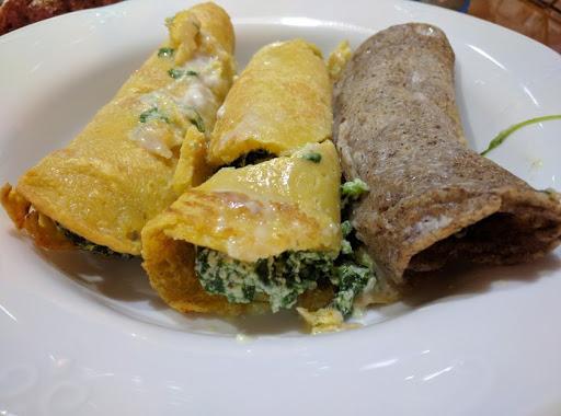 il piatto finito a sinistra 2 crepes ai ceci a destra una con farina di grano saraceno