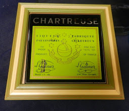 Photo: Mirroir, beau mirroir, dit moi... A l'anglosaxonne, l'étiquette de la charteuse sur une glace. La couleur est jaune mais le titrage 110 PROOF...