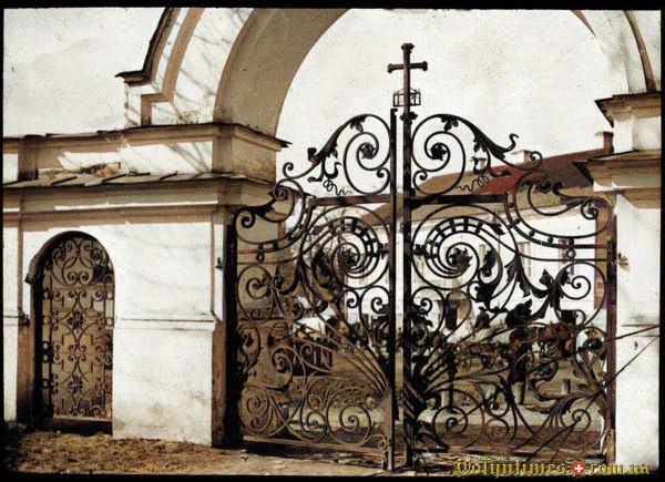 1915, Ворота собору