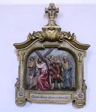 """Photo: *V. stáció: Cirenei Simon segít vinni Jézusnak a keresztet """"Megfogának bizonyos Simont, Cirenéből valót, és rátevék a keresztet, hogy vigye Jézus után."""" (Lk 23,26)"""