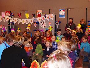 Photo: alle kinderen nemen vooraan in de zaal plaats