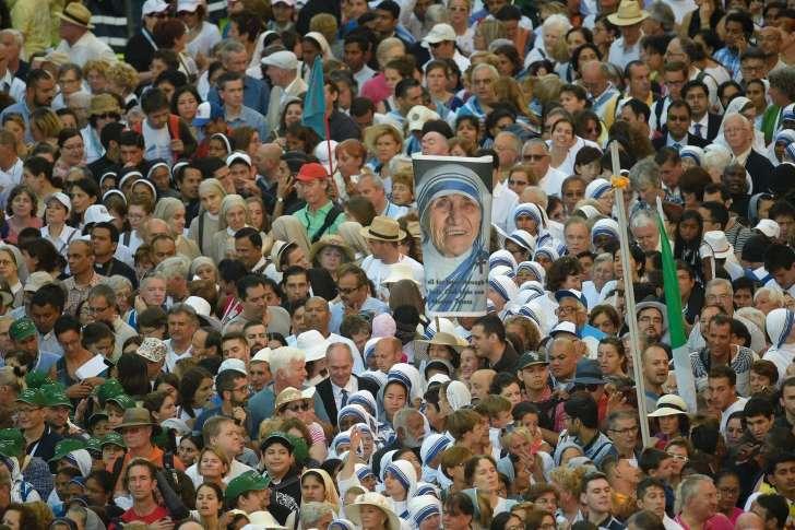 Des dizaines de milliers de fidèles réunis place Saint-Pierre, à Rome, pour assister à la canonisation de Mère Teresa, le 4 septembre 2016.