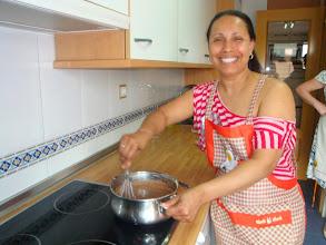 Photo: Delma haciendo la cobertura de chocolate