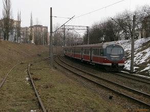 """Photo: EN57-2064, Toruń Główny - Toruń Wschodni {szlak Toruń Miasto - Toruń Wschodni (""""wąwóz kolejowy""""); 2013-03-29}"""