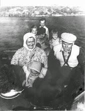 Foto: De äldre på fotot: Lyydia och Edvard Kangas. Längst bak: Antti Kangas och framför honom ev. hans mörkhåriga fru, Hilja, och några av hans barn. Fotot taget någon gång på 1950-talet. Lyydia gick bort i september 1960.