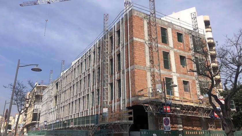 Edificio en construcción en una de las parcelas municipales de las antiguas 'Casas de los Maestros'