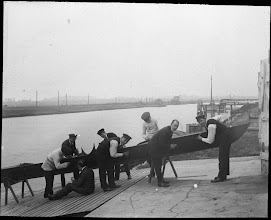 Photo: 1915-1920 Bådeslibning i Odense Roklub