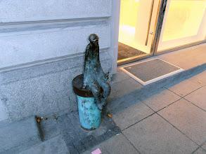 Photo: Бронзовия, изгонен с бутилката пред вратата...