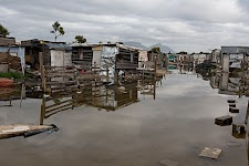 houten hutten in een onder water staande straat