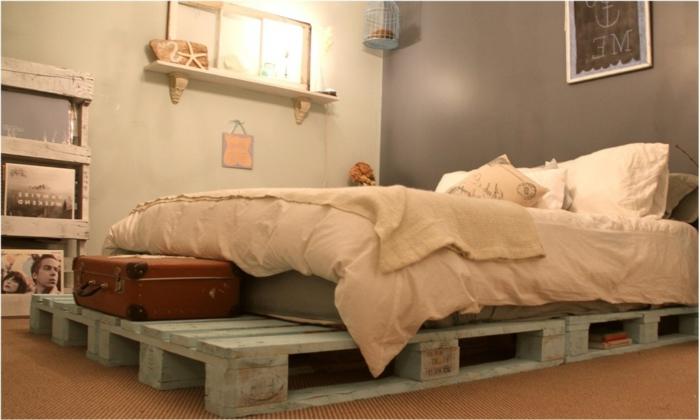 Кровать салатового цвета из поддонов