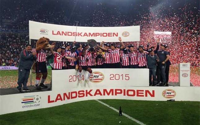 La plantilla del PSV, celebrando el título al final del partido