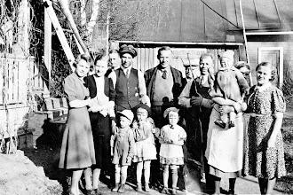 Photo: Jukka Janne perheen ja suvun kanssa Pitkäkatu 36:n pihassa 1939