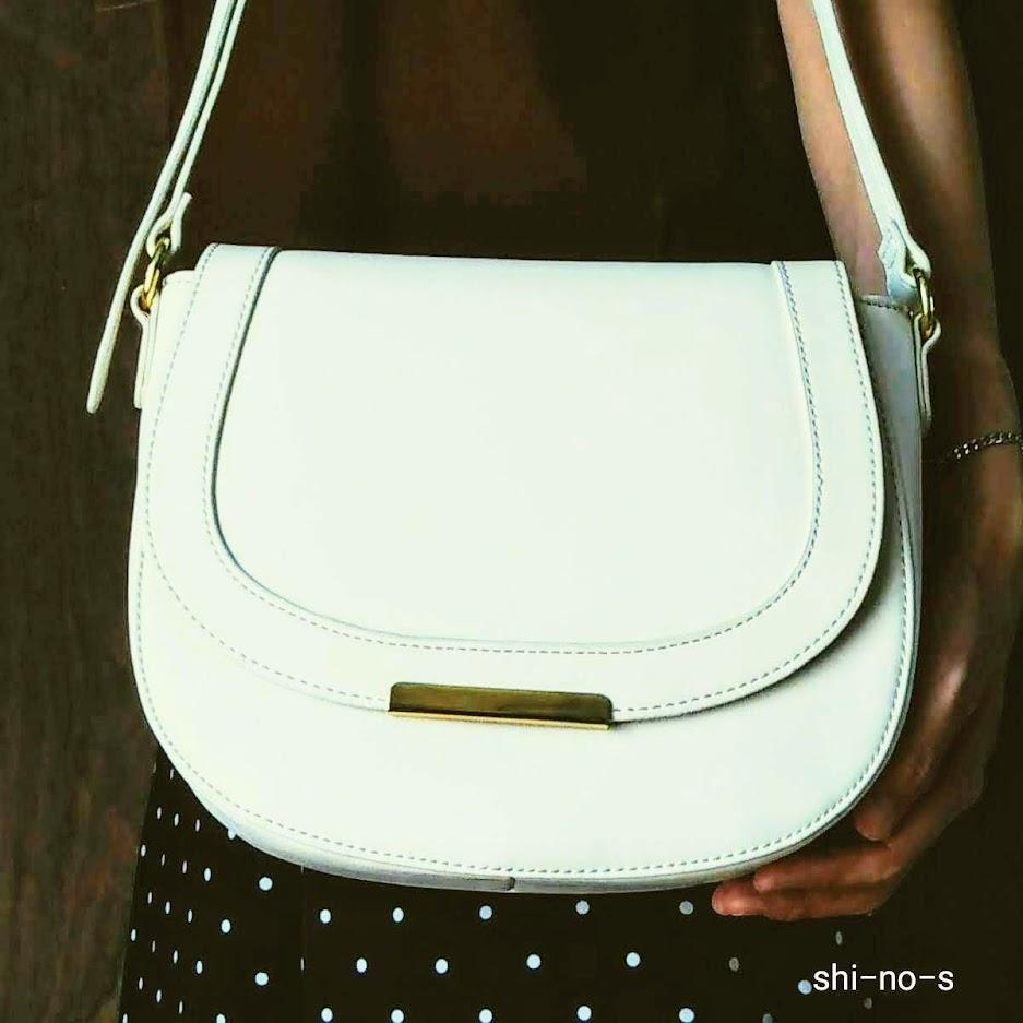 アイボリーのバッグ