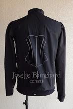 Photo: Camisa Medieval em tricoline preto com ilhós frontal e mangas justas. R$ 80,00.