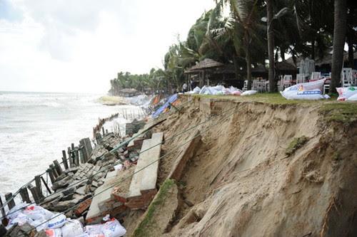 Bãi biển Cửa Đại sạt lở với tốc độ chóng mặt