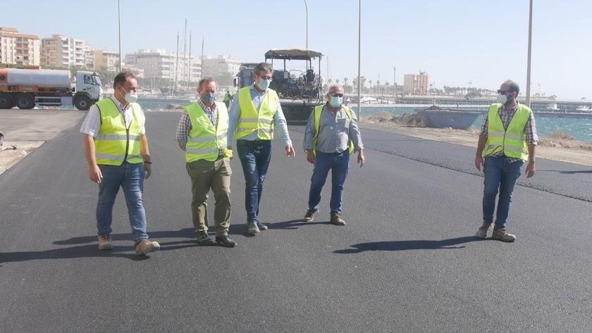 Visita del alcalde a las obras realizadas en el puerto.