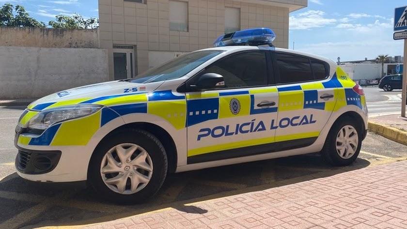 Coche patrulla de la Policía Local de Mojácar.