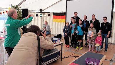 """Photo: Großensee-Fest 2014. Die Gewinnerinnen und Gewinner des """"Spiel ohne Grenzen"""" beim Großensee-Fest 2014 im Blitzlicht-Gewitter."""