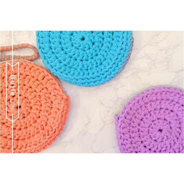 / Bujie duo clutch (Rounded) in summer colors /Rounded clutch 同樣雙面雙色之外,仲配埋可以拆除既雙色手挽帶,或者另外加配長帶做cross body handbag都得。 /size: 直徑17cm /order: inbox or 63310282(whatsapp)