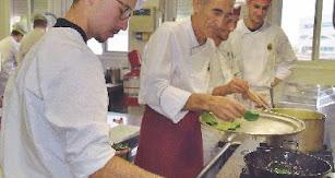 En la cocina José Torrente y sus alumnos elaborando los platos para este menú.