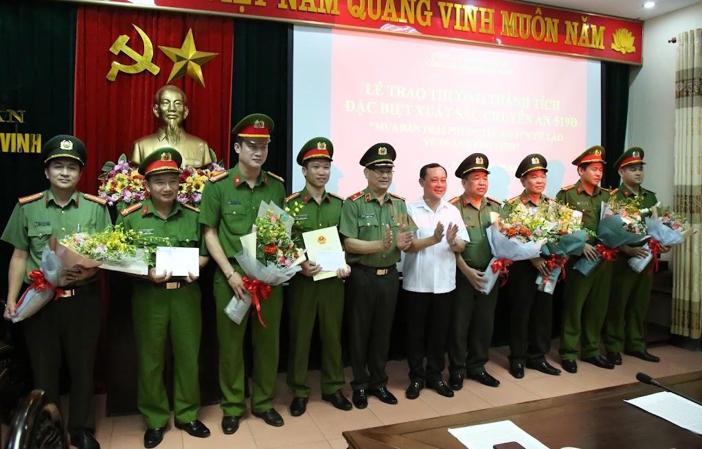 Đồng chí Thiếu tướng Nguyễn Hữu Cầu, Giám đốc Công an tỉnh Nghệ An và đồng chí Phan Đức Đồng, Bí thư Thành uỷ Vinh trao thưởng cho đại diện Ban chuyên án 519Đ.