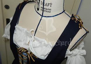 Photo: Vestido estilo medieval em algodão cor cru, com babados e sobrecapa com corpete em crepe madame azul marinho.     Site: http://www.josetteblanchard.com/ Facebook: https://www.facebook.com/JosetteBlanchardCorsets/ Email: josetteblanchardcorsets@gmail.com josetteblanchardcorsets@hotmail.com