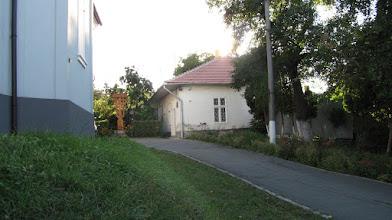 Photo: Nr.10 - Protopopiatul Ortodox Roman Cluj-Napoca I Casa in care  Protopopul Florea Mureşanu http://www.fericiticeiprigoniti.net/florea-muresan/1185-teologul-si-carturarul-martir-florea-muresan  la sprijinit pe  Victor Papilian http://ro.wikipedia.org/wiki/Victor_Papilian şi cenaclul său literar, punând la dispoziţie casa in care locuia. Situat in curte la:  Vechea catedrală Sfânta Treime. http://ziuadecj.realitatea.net/eveniment/povestea-primei-biserici-romanesti-din-cluj--5460.html  construita in stil baroc in anul 1796. A servit drept catedrala a Episcopiei Vadului, Feleacului si Clujului in perioadele: 1811; 1921–1932 (2012.08.29)