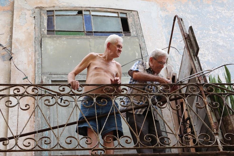 Velhos cubanos dando um jeitinho na antena