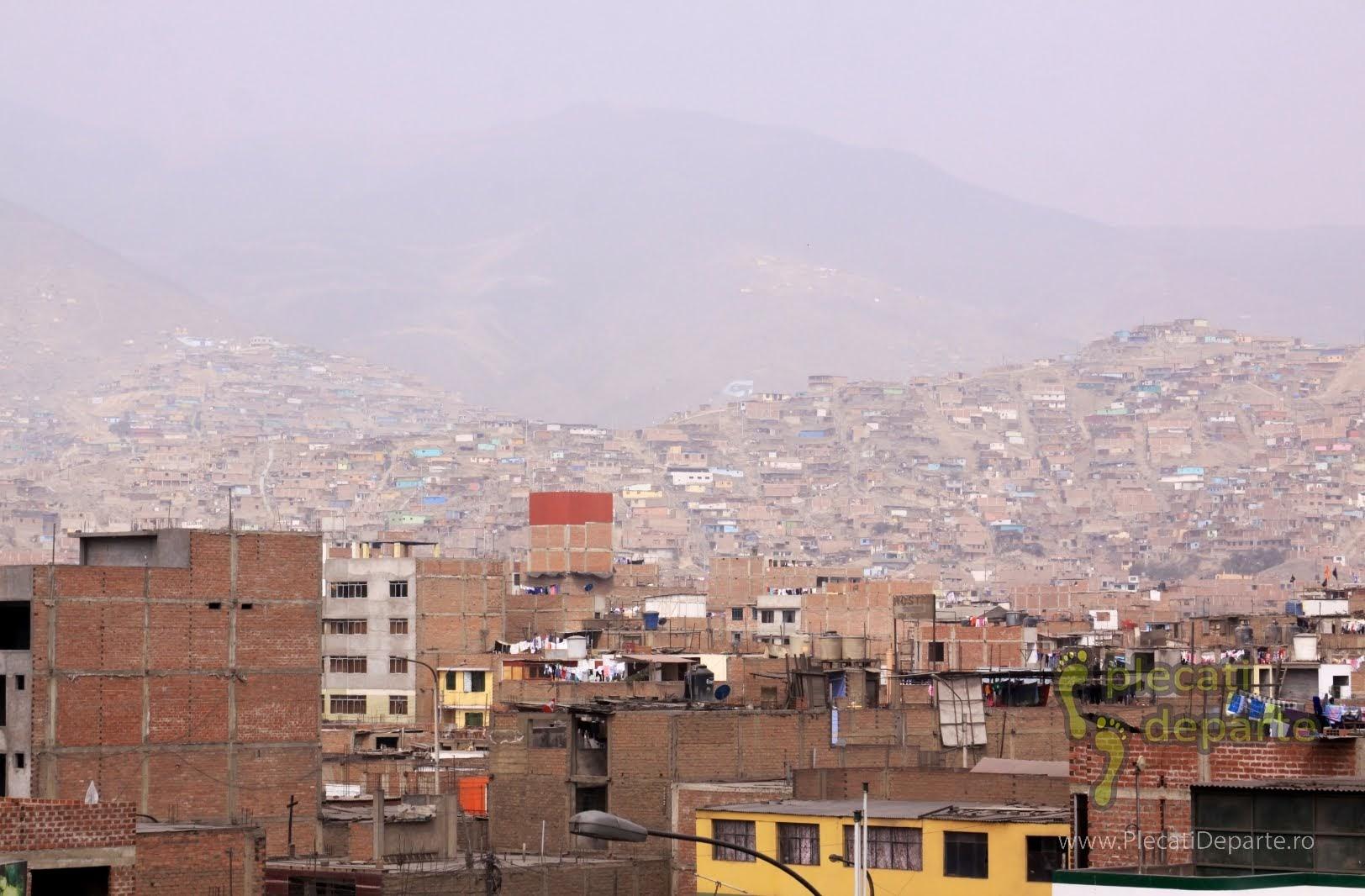 case din caramida, ca si favelas, in cartierul San Juan de Lurigancho, Lima, Peru