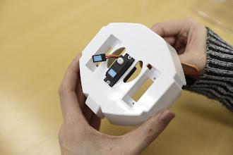 Photo: サーボモータをはめ込み、ケーブルを横の穴から通します。サーボモータの向きを写真と同じになるように確認して下さい。