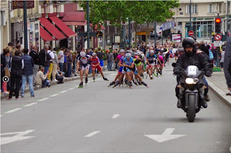 Photo: Charles qui était en tête de peloton, s'écarte pour céder la place à Jacques Houssais. Ils se sont relayés plusieurs fois en tête pendant la course.
