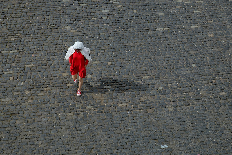 The woman in red/white di Pelagus