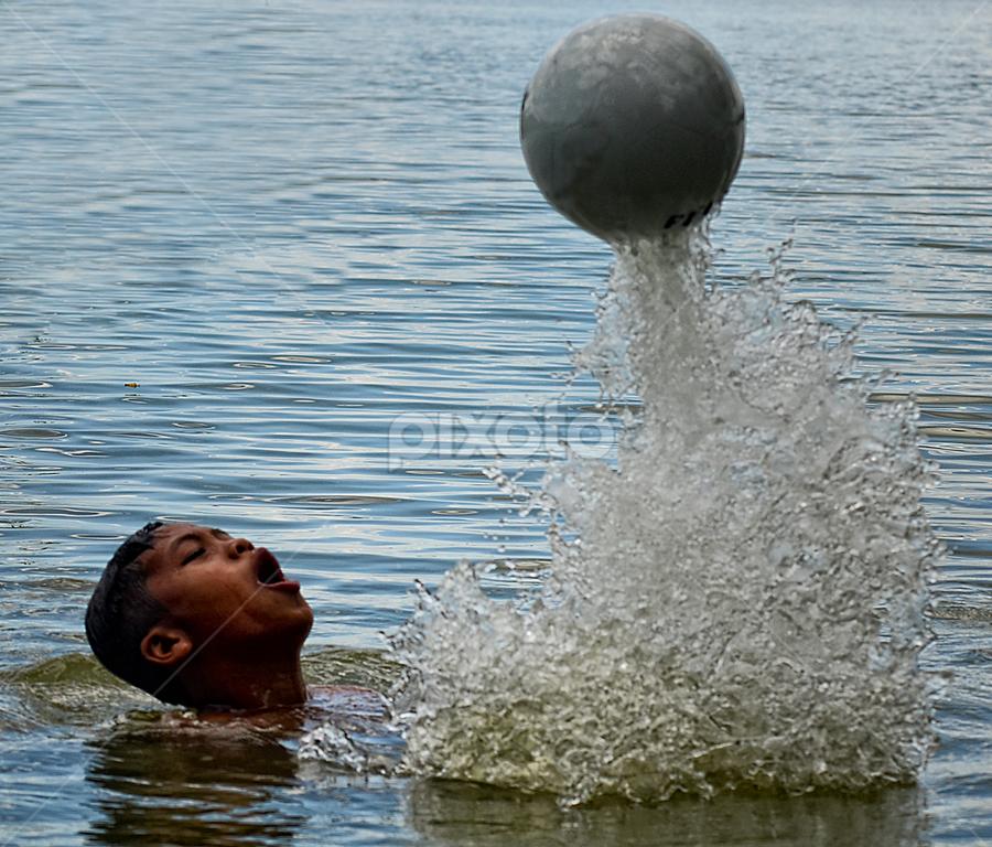 bermain bola diair by Doeh Namaku - Babies & Children Children Candids