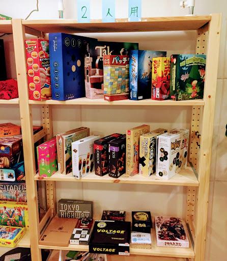 川崎のボードゲームカフェ『FLiP DROP』:2人用ゲーム棚