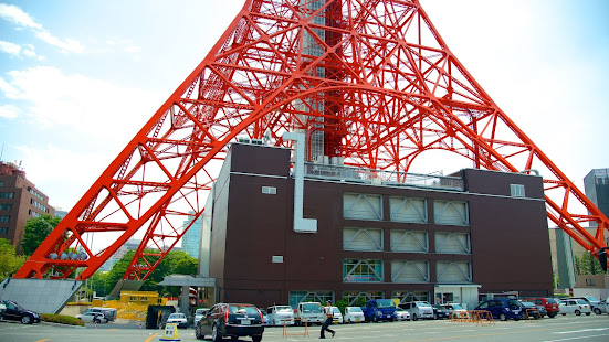 Edificio FootTown bajo la Tokyo Tower