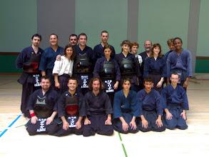 Photo: kendokas de horizontes y shindokai con el sensei Antonio, Agus y la delegación de franceses