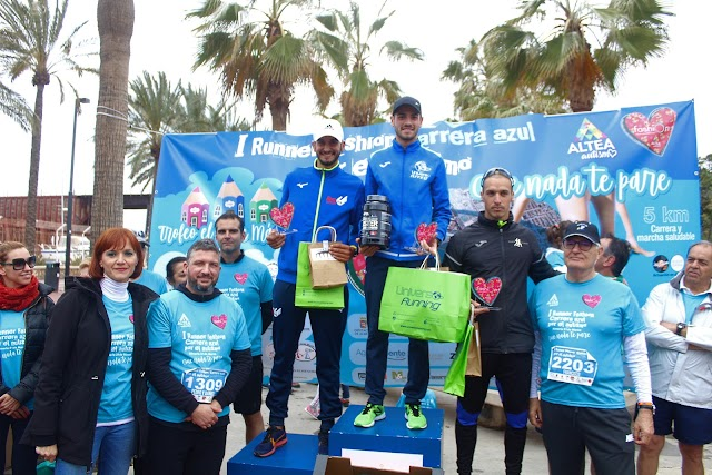 Los ganadores en la categoría absoluta masculina junto a la presidenta de Altea, Agroponiente y Sandía Fashion.