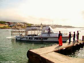 Photo: #001-Gansbaai-Kleinbaai. Embarquement sur le bateau de Brian Mc Farlane pour Shark Alley.