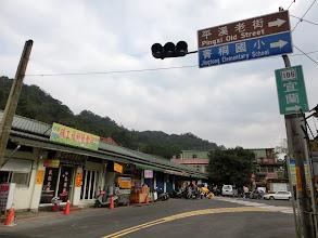 Photo: 前方大樹就是菁桐老街入口