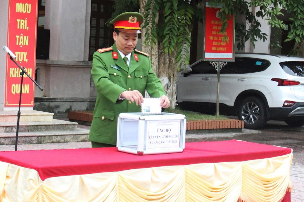 Đại tá Nguyễn Mạnh Hùng, Phó Giám đốc Công an Nghệ An dự lễ chào cờ và ủng hộ Tết vì người nghèo tại Cơ quan CSĐT Công an tỉnh Nghệ An. Ảnh: Ngọc Anh