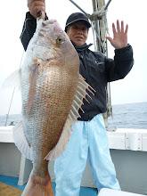 Photo: その間、タムラさんも釣っていた! デカ真鯛とったどー! 5kgでした! 今年一番のサイズです!