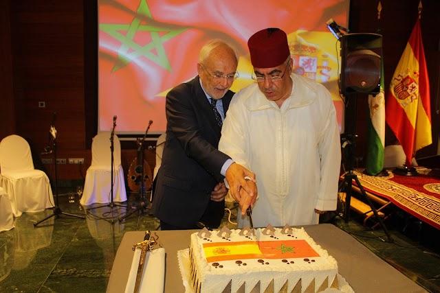 El subdelegado del Gobierno y el cónsul general de Marruecos ante la tarta conmemorativa con las banderas de España y Marruecos.