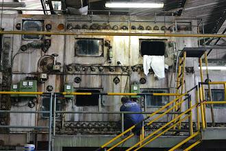 Photo: La vieja máquina y el operario COLTEJER